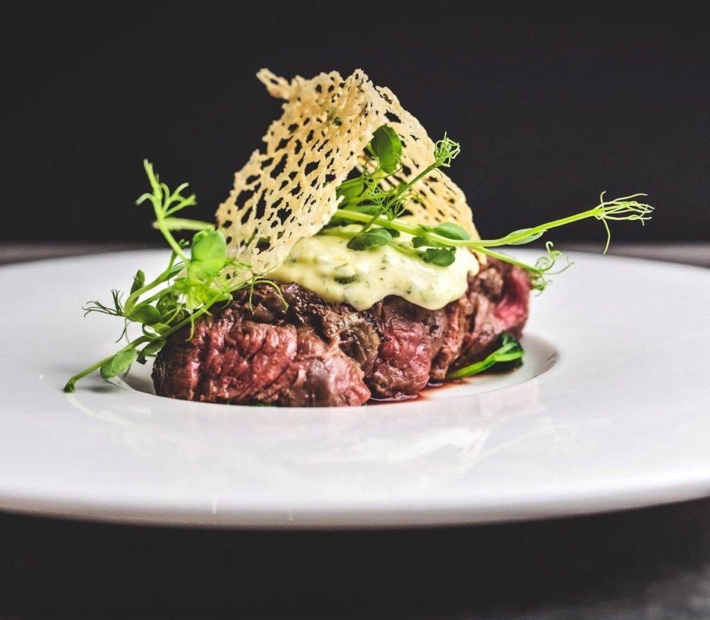 Jego Wysokość Stek: krótki przegląd rodzajów, właściwości i sezonowanie wołowiny